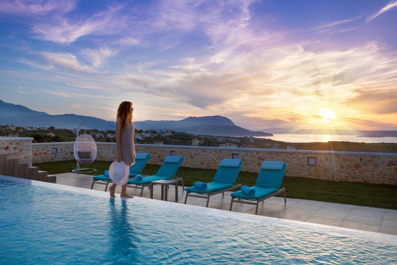 Infinity hydromassage pool★Stone Lux Villa★Jacuzzi, alquiler vacacional en Kalyves