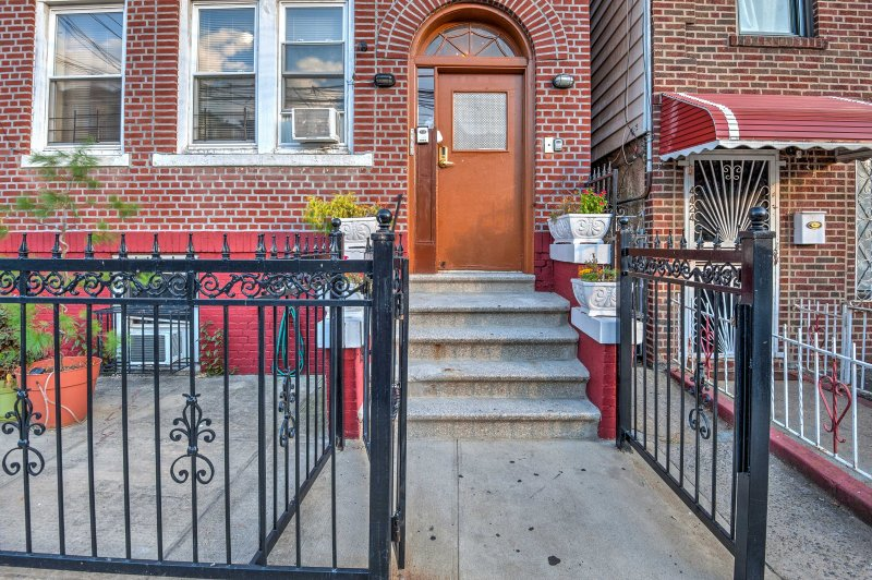 Bronx Apartment - 1 Block to Subway to Manhattan!, vacation rental in White Plains