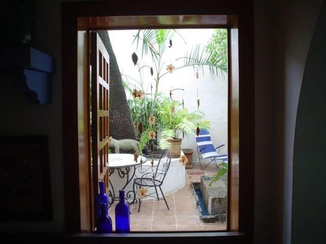 Beautiful apartment- studio with private patio. Location, location, chapultepec, vakantiewoning in Guadalajara