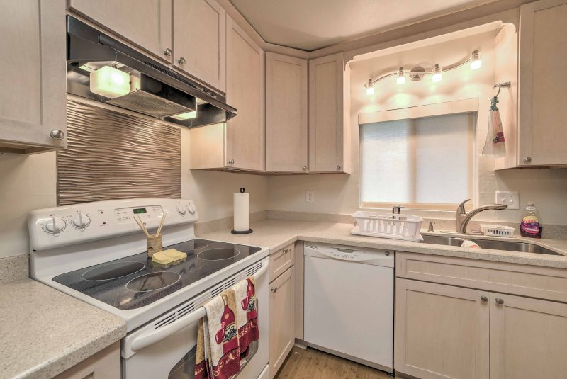 Esta casa cuenta con 1,500 pies cuadrados y puede alojar cómodamente hasta 10 personas.