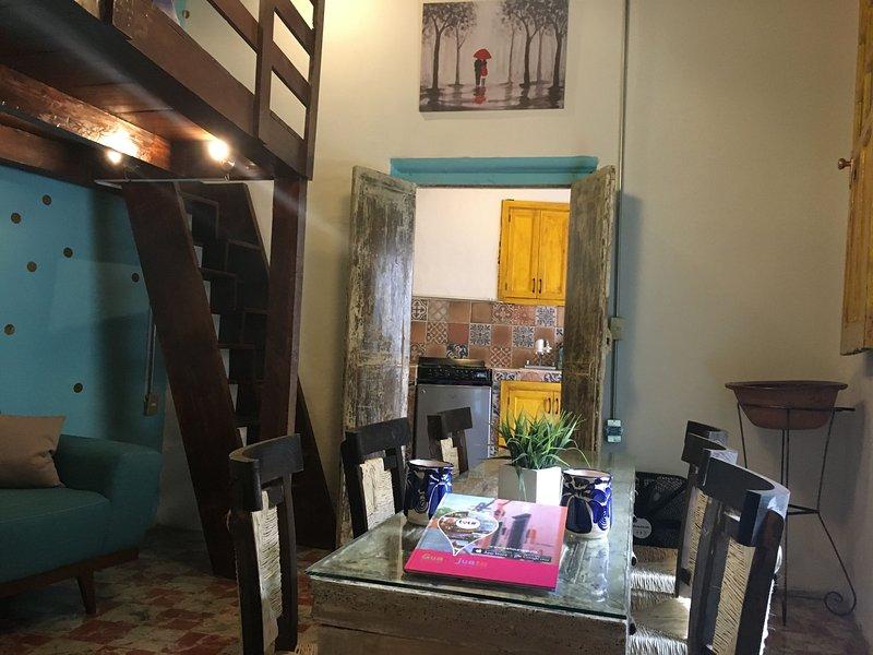 Hermoso mobiliario de principios de 1900 fue restaurado y traído de vuelta al apartamento.