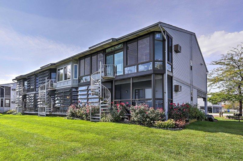 Escape to Oak Harbor for a memorable retreat at this 1-bedroom, 1-bath vacation rental condo!