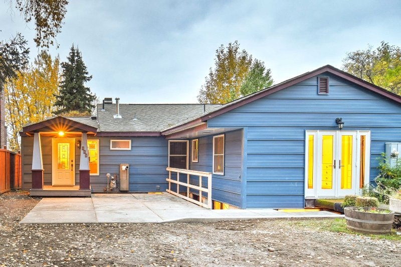 Utforska skönheten i Anchorage, Alaska från detta nyligen ombyggda 3 sovrum, 3-bad semester hemma i centrum!