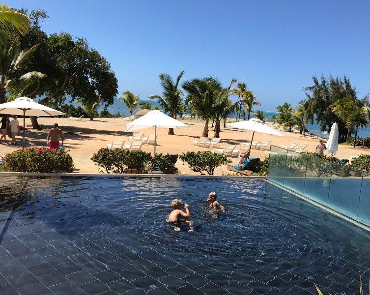 piscina del complejo y la playa