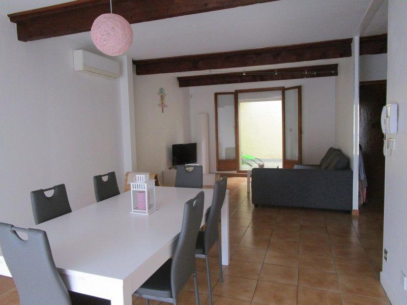 MAISON DE VILLAGE CATALAN de 100 m2 et ses terrasses, holiday rental in Peyrestortes