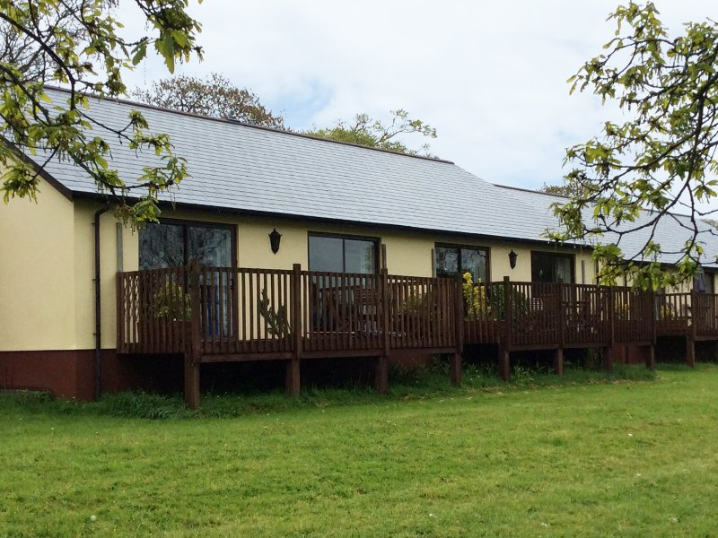 CHAFFINCH, WIFI, views of fishing lake, limited mobility access, Ref 955403, vacation rental in Virginstow