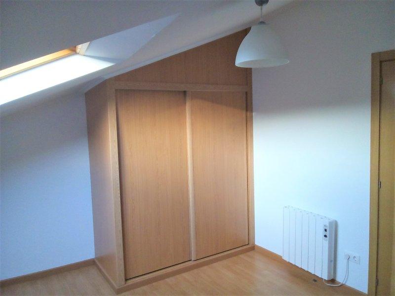 impotrado abuhuardillado small bedroom closet.
