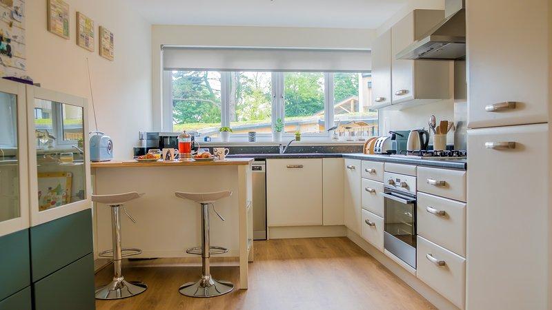 cozinha com balcão totalmente equipada.