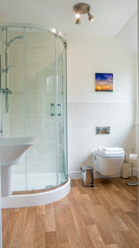Quarto principal duche e WC privativo.
