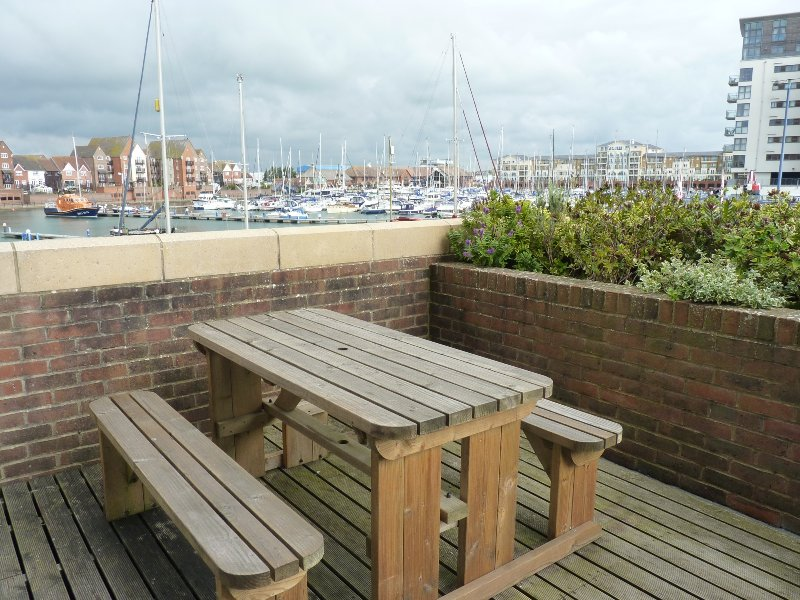 The Lock 2-bed, 2-bath Apt with marina and sea views on your private terrace, casa vacanza a Eastbourne