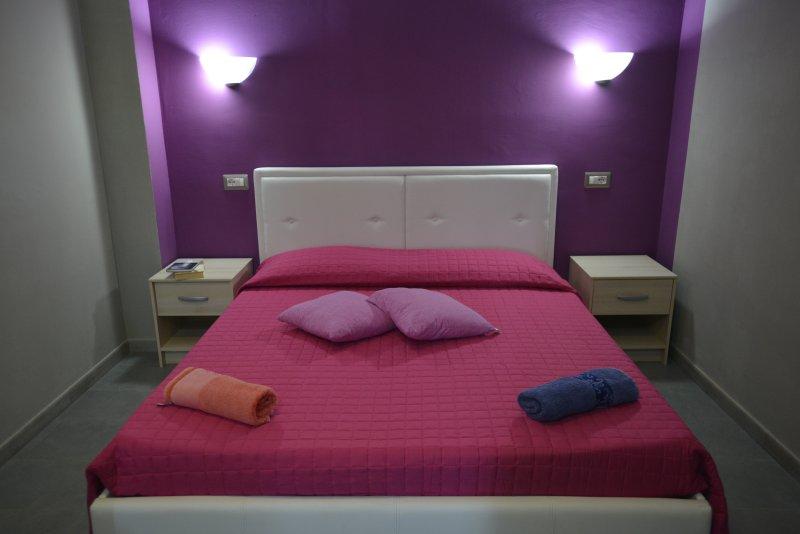 APART. Habitación con cama doble triple. 2 pers. sofá de los pers beds1. cocina, baño pr. cuevas de Neptuno.