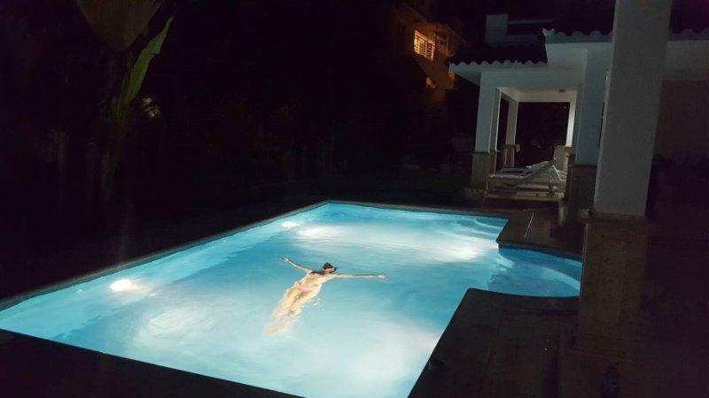 Belle piscine privée Vue dans la nuit!
