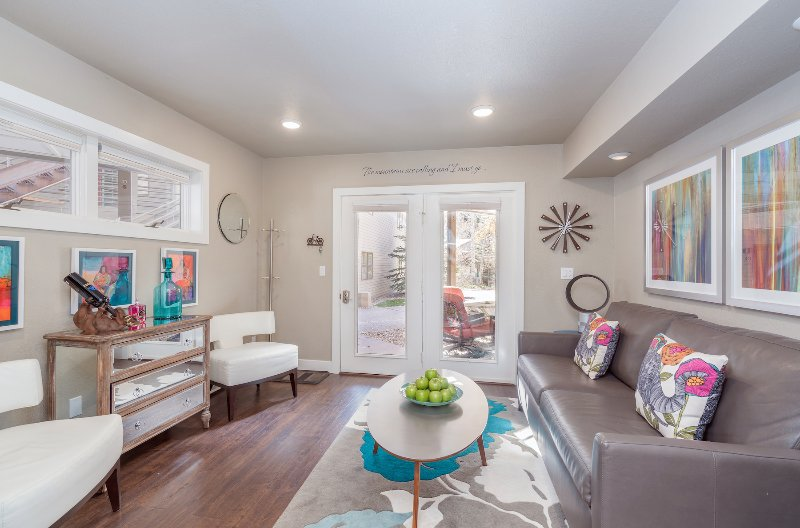 Viking Lodge 105 - a neutral color palette with pops of vibrant color make this a stylish Telluride escape!