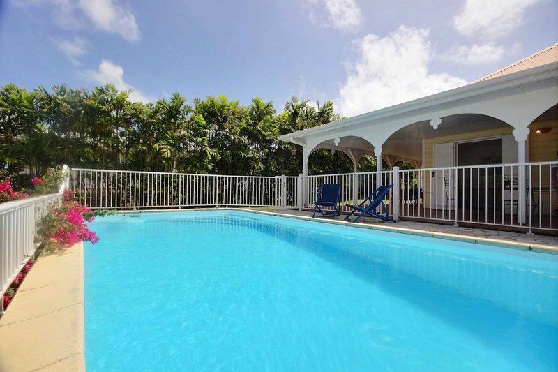piscina de agua salada, asegurada por una barrera en la villa Cabrina a Macabou