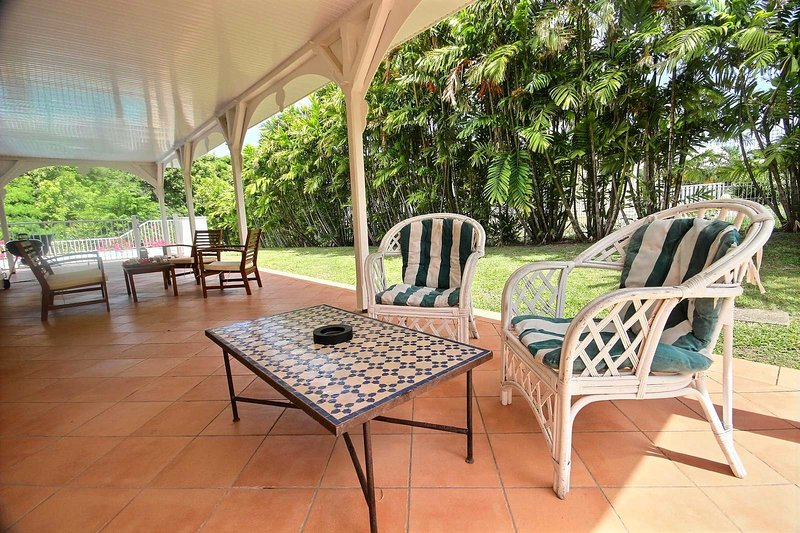 salón al aire libre para relajarse durante las horas más calientes