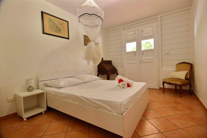 habitación doble con aire acondicionado y mosquiteros en la villa