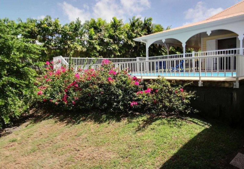 Piscina enclavada en el exuberante jardín fuera de la villa Cabrina