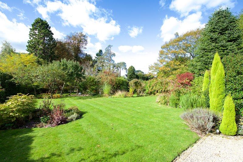 Fabulous Garten mit Grenzen und Sträucher mit aus privaten abseits der Straße parken neben dem Grundstück.