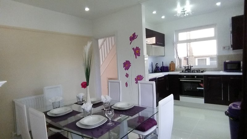 Entire 3 bedroom holiday home by JR hospital, vacation rental in Headington