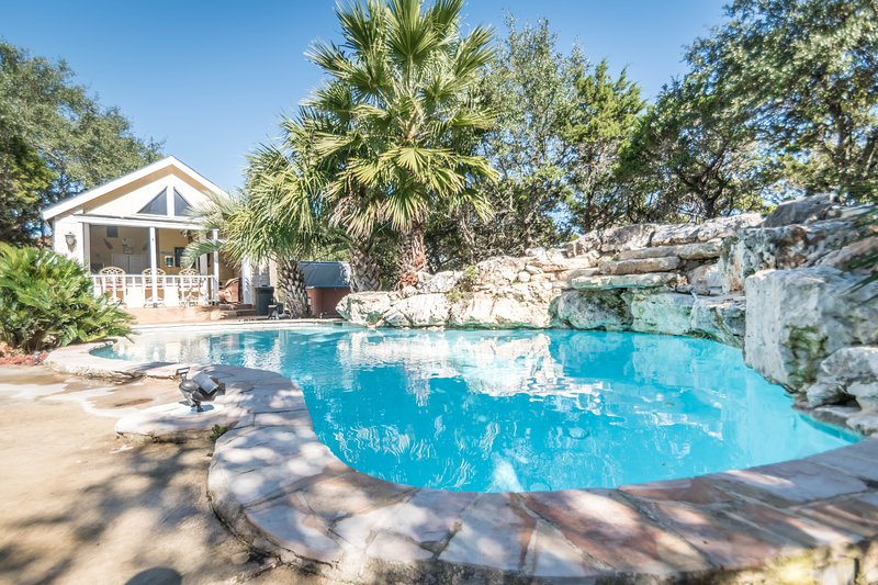 Hill Country Resort Getaway with Hot Tub and diving pool- The Cabin, holiday rental in Pipe Creek