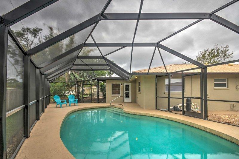 Relajarse en la piscina y refrescarse en el agua refrescante durante su estancia en este 2 dormitorios, 2 baños casa de alquiler de vacaciones en Sarasota.