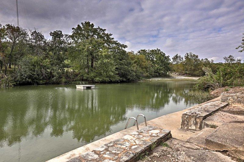 River Retreat w/ Deck, 2 Kayaks, Fire Pit & Grill!, location de vacances à Hunt