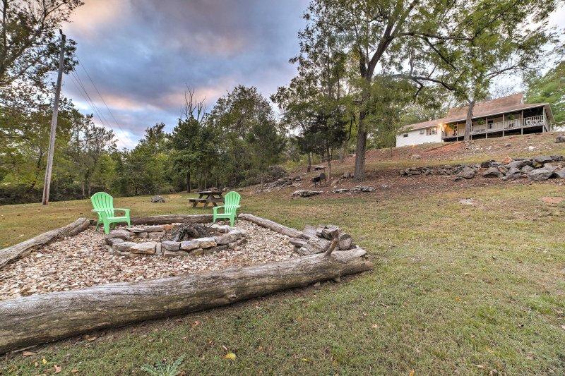 Esta casa cuenta con un amplio espacio de patio trasero y un sinfín de instalaciones al aire libre.
