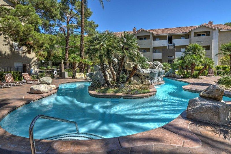 Eingebettet in Flamingo Palms Resort Dieses Ferienmieteigentumswohnung bietet luxuriöse Annehmlichkeiten.