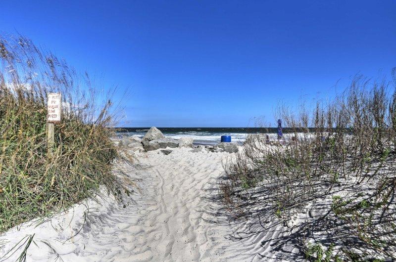 acceso a la playa está justo al cruzar la calle desde el apartamento.