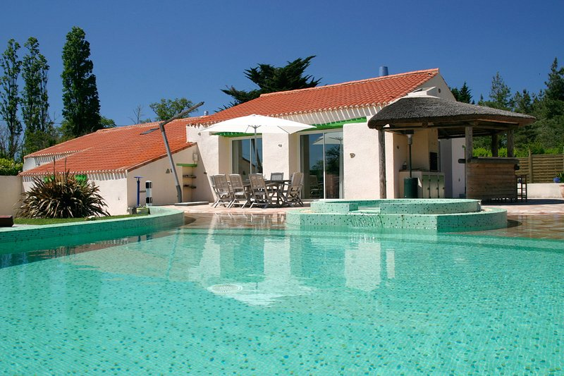 Le Domaine des Plantes - sleeps 8, private heated pool, near coast., location de vacances à Saint-Maixent-sur-Vie
