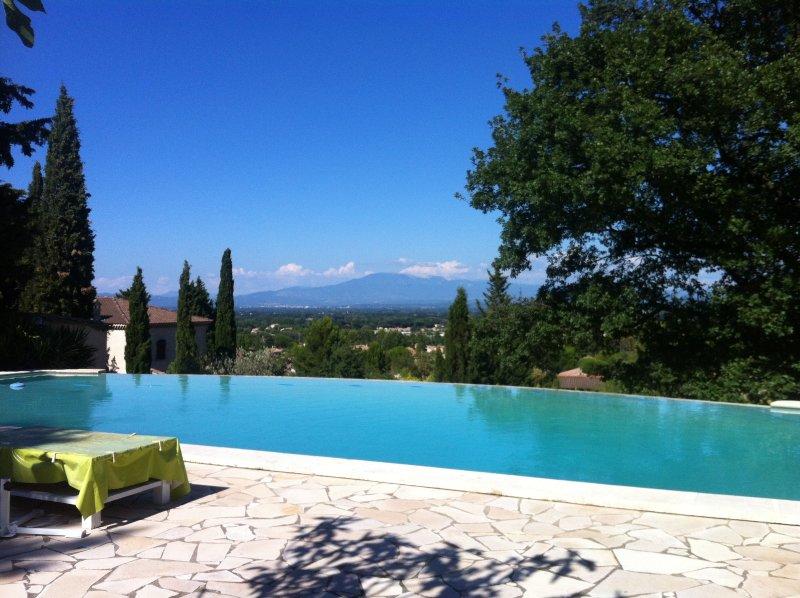 Appartement T2 Tilleul au 1er étage d'un joli mas à flanc de colline en Provence, holiday rental in Saint Saturnin les Avignon