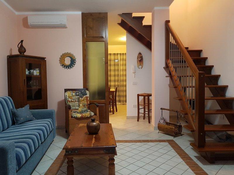 Graziosa villetta a schiera a pochi passi dal centro ma in zona tranquilla, holiday rental in Bosa Marina