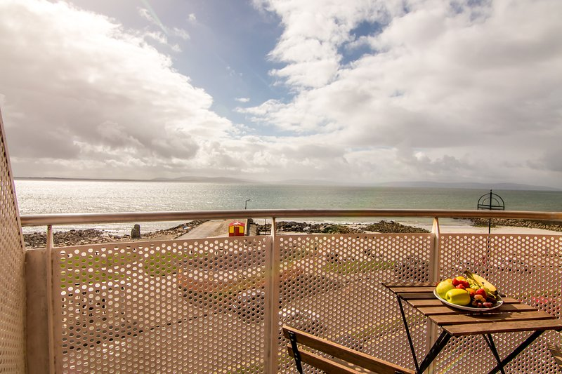 Sea View Self Catering Apartments - Standard, vacation rental in Spiddal
