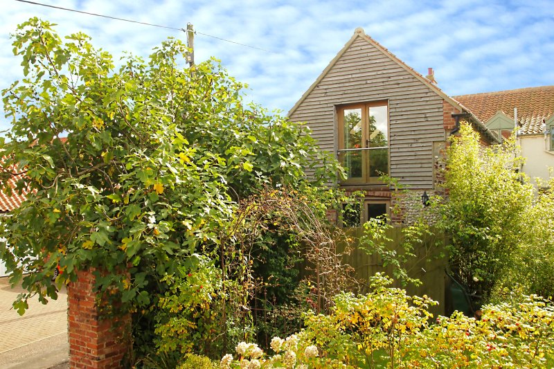 Detached Barn in Wells with off street parking & distant sea views, town centre, holiday rental in Wells-next-the-Sea