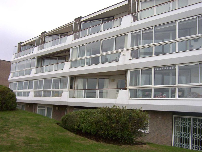 BOURNECOAST: HOLIDAY APARTMENT ON CLIFFTOP WITH SEA VIEWS AND BALCONY - FM1534, holiday rental in Bournemouth