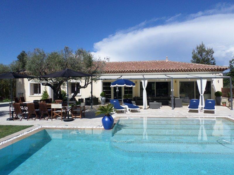 Magnifique villa piscine chauffée, a 10 min des plages Cassis, Sanary, Bandol, vacation rental in Le Castellet