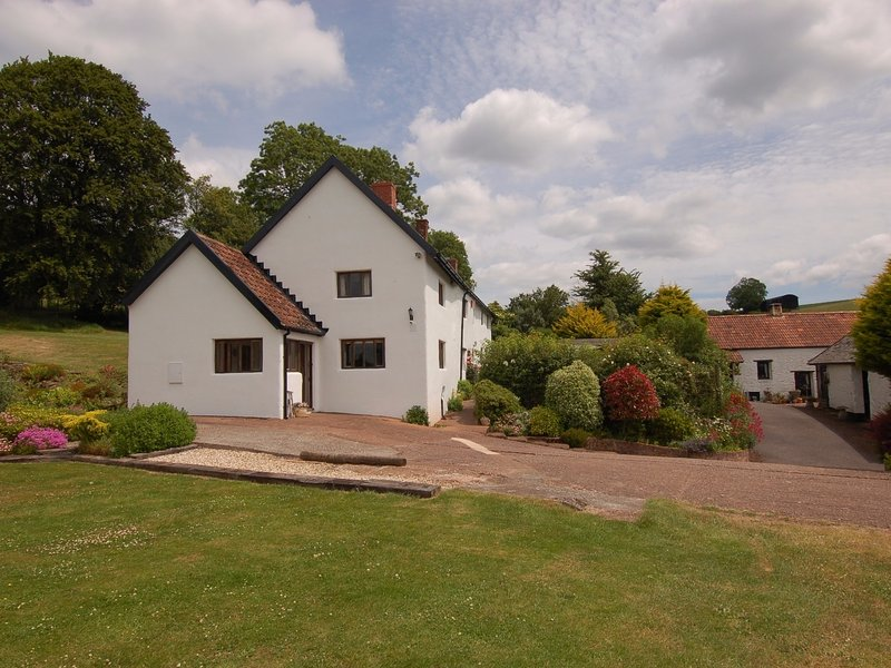 SURRIDGE FARMHOUSE, detached grade II listed farmhouse with hot tub. Sleeps 9., location de vacances à Wiveliscombe