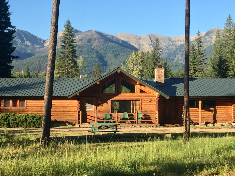Log Cabin with Stunning Mountain Views near Swan River and Holland Lake, alquiler de vacaciones en Condon
