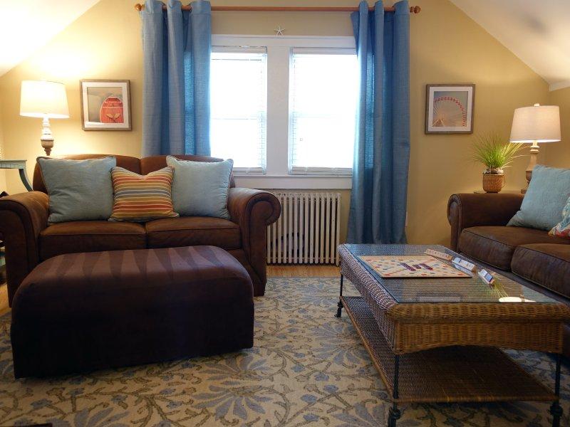 Wohnzimmer ist komfortabel eingerichtet zum Entspannen, Lesen und Fernsehen.