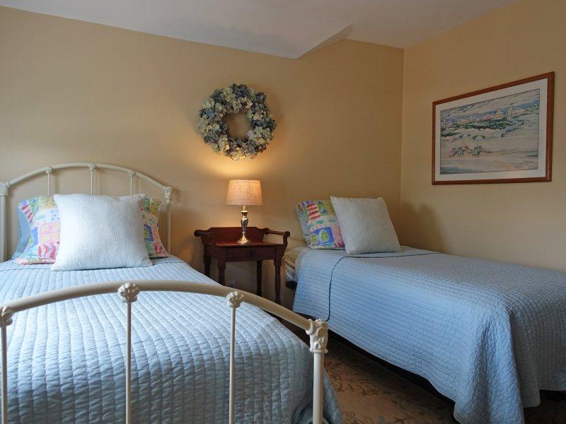 Zweites Schlafzimmer für eine oder zwei Personen in einem Doppel ausklappbaren Bett.