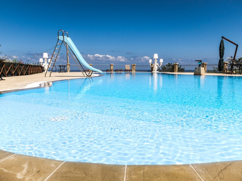 AgriturismoTerrazze sul Tirreno, appartamento bilocale con patio vista mare, vacation rental in Piana Calzata