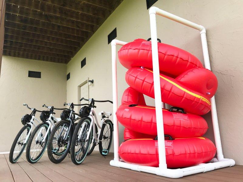 Des vélos et des tubes de la rivière