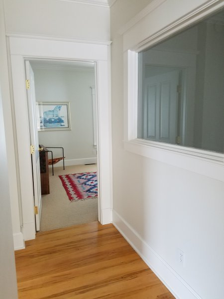 Corredor olhando em 2º quarto e janela olhando para baixo as escadas de entrada