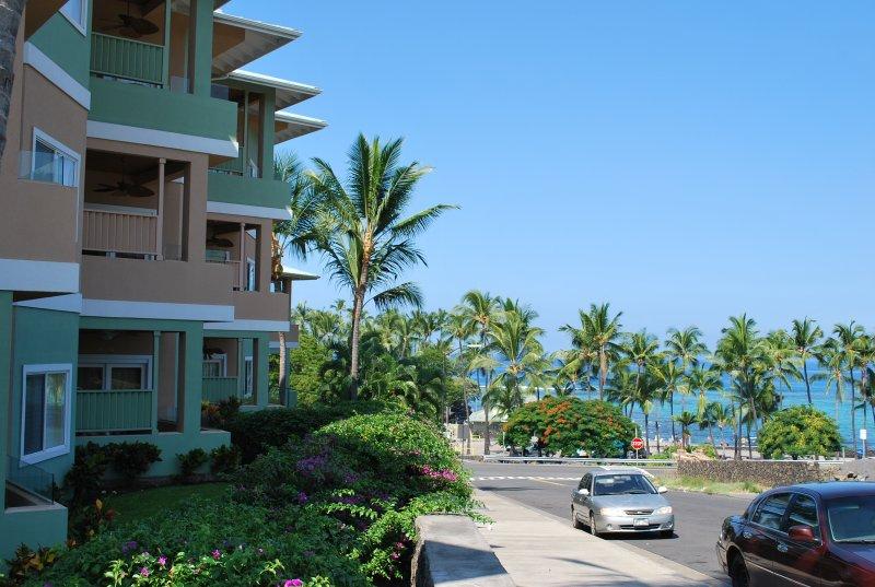 Gebäude sind über die Straße vom Strand entfernt!