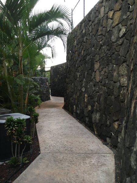 Lavafelsenwand auf dem Weg zur St.
