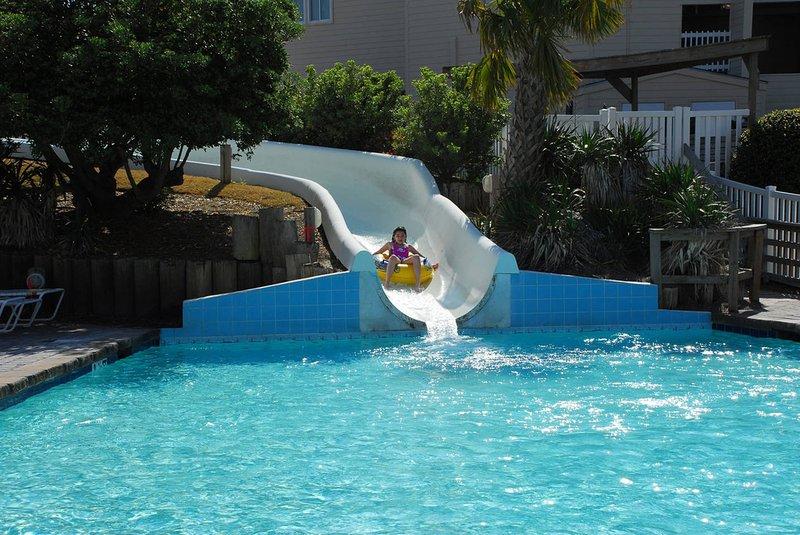 diversão slide água família na piscina ao ar livre com tubos fornecidos pelo resort