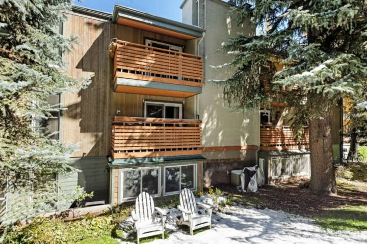 This small complex is conveniently located at the free shuttle stop to all 4 ski mountains in the area and to downtown Aspen, just 1 mile away.