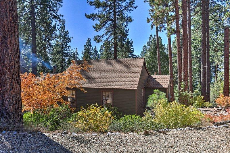 Ubicado entre los pinos cerca del lago Tahoe, esta casa tiene capacidad para hasta 6 personas.