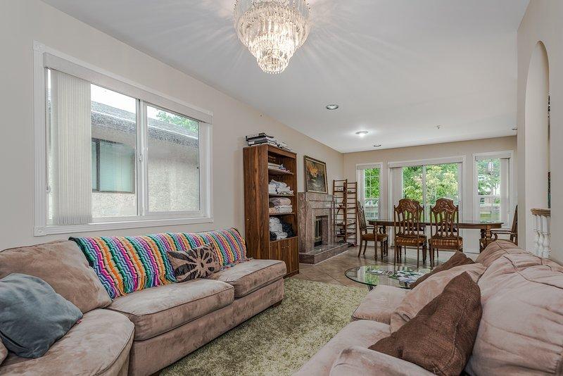 Grande agradável sala de estar para relaxar e relaxar.
