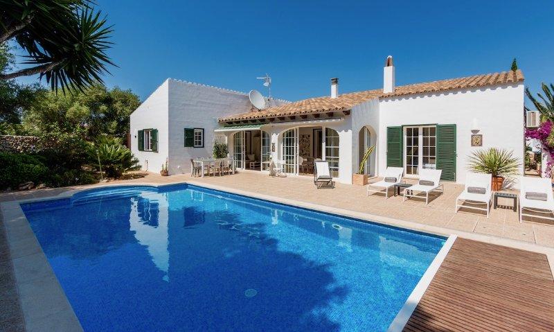 Casa Bonita Menorca: la piscina de agua salada es de 10 x 5 metros.